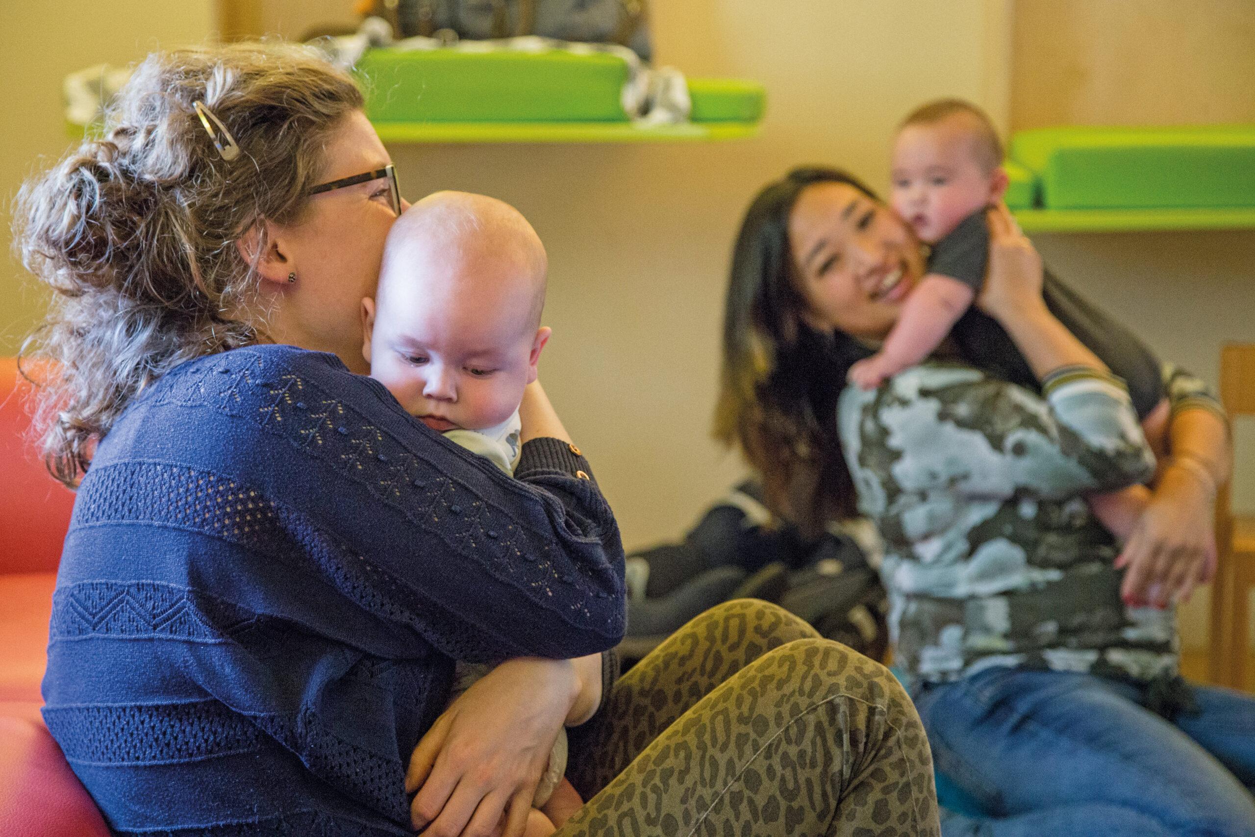 Moeders met hun baby in een Centering-groep